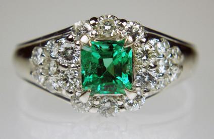 Emerald & diamond ring in platinum - Exquisite emerald & diamond ring set with 0.77ct emerald & 0.75ct diamonds in platinum. Ring size O