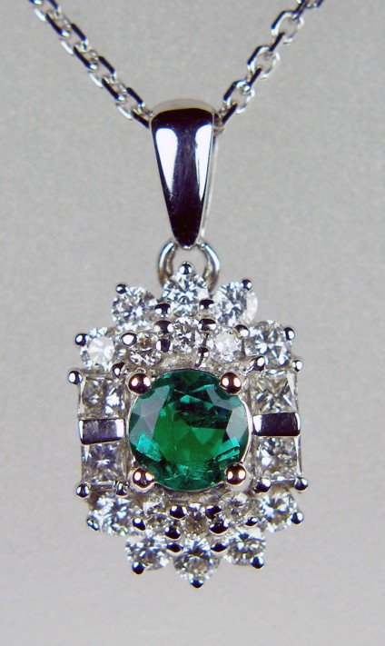 Emerald & diamond pendant in 18ct white gold - Brilliant and dainty, Colombian emerald and diamond pendant in 18ct white gold
