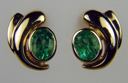 Emerald earrings in 18ct yellow gold - Pair of 2ct oval Colombian emeralds in 18ct yellow gold