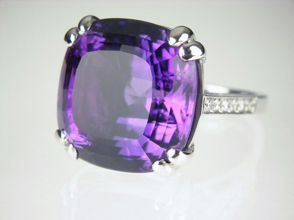 Amethyst & diamond ring in gold - Amethyst & diamond ring in 18ct white gold set with 18.64ct amethyst & 0.16ct EF colour VS clarity diamonds.