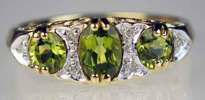 Peridot & diamond ring in 9ct yellow gold - Beautiful Edwardian style ring set with 3 oval cut peridots totalling 0.96ct and 0.03ct round brilliant cut diamonds in 9ct yellow gold