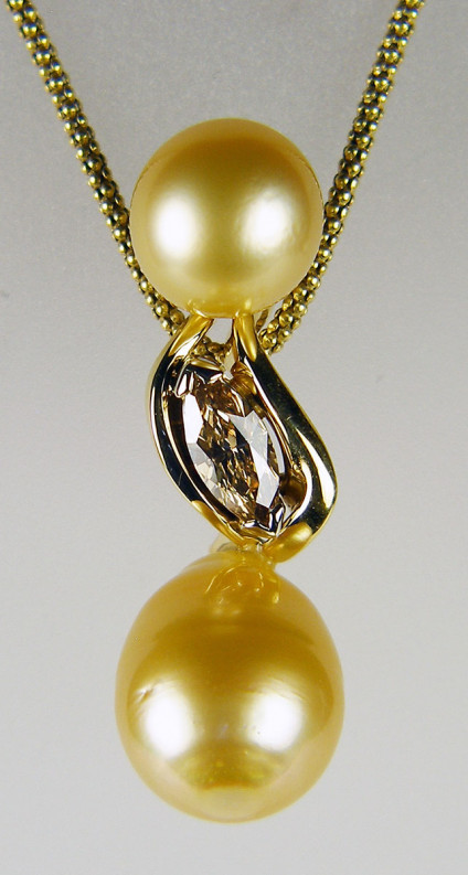 Golden pearl & brown diamond pendant - Golden pearls set with brown diamond in 18ct yellow gold