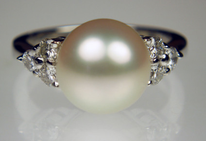 Southsea pearl & diamond ring in platinum - Lovely 10mm Southsea pearl set with 0.41ct G/VS diamonds in platinum ring